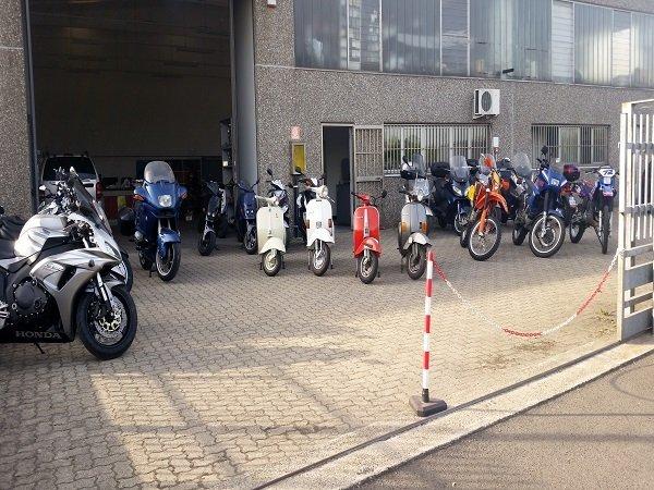 delle moto parcheggiate davanti a un officina