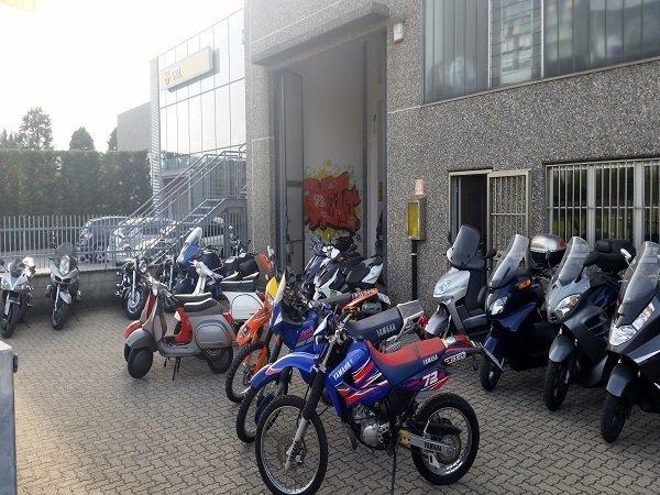 delle moto parcheggiate vicino all'officina