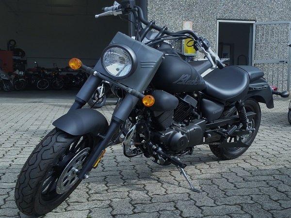 una moto Blackster di color  nero