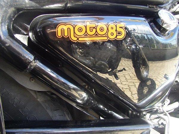 un adesivo Moto 85 su una moto