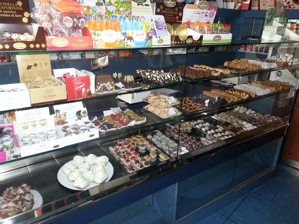 bancone con dolci di vari gusti