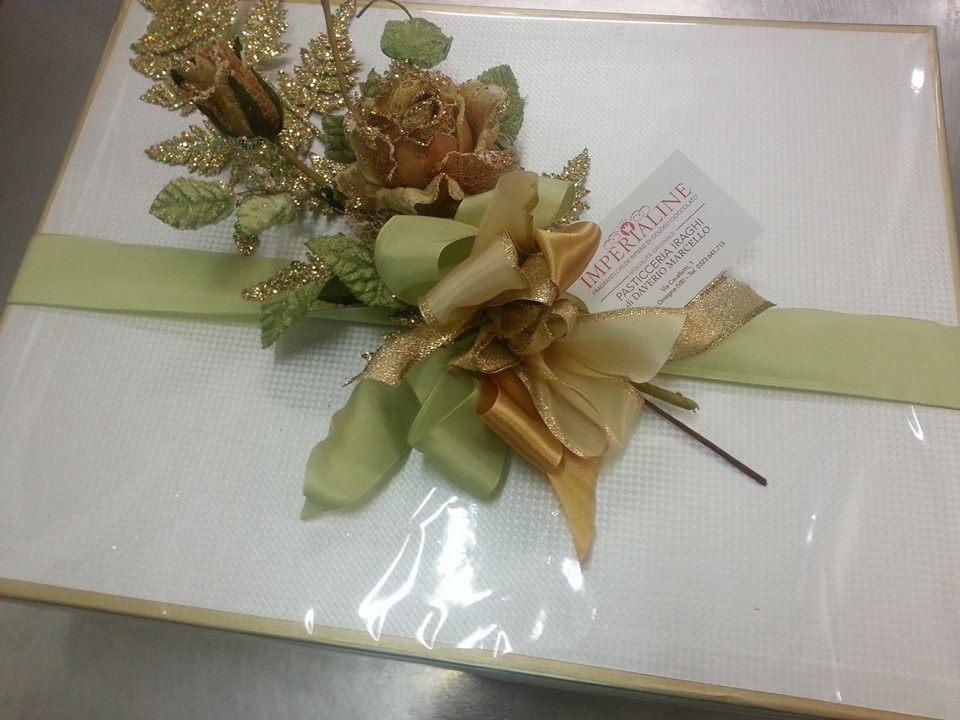 decorazione con foglie e rami di un pacchetto regalo