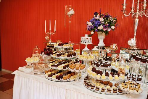 tavolo addibito con prodotti dolciari per buffet