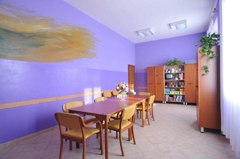 Sala colorata centro anziani
