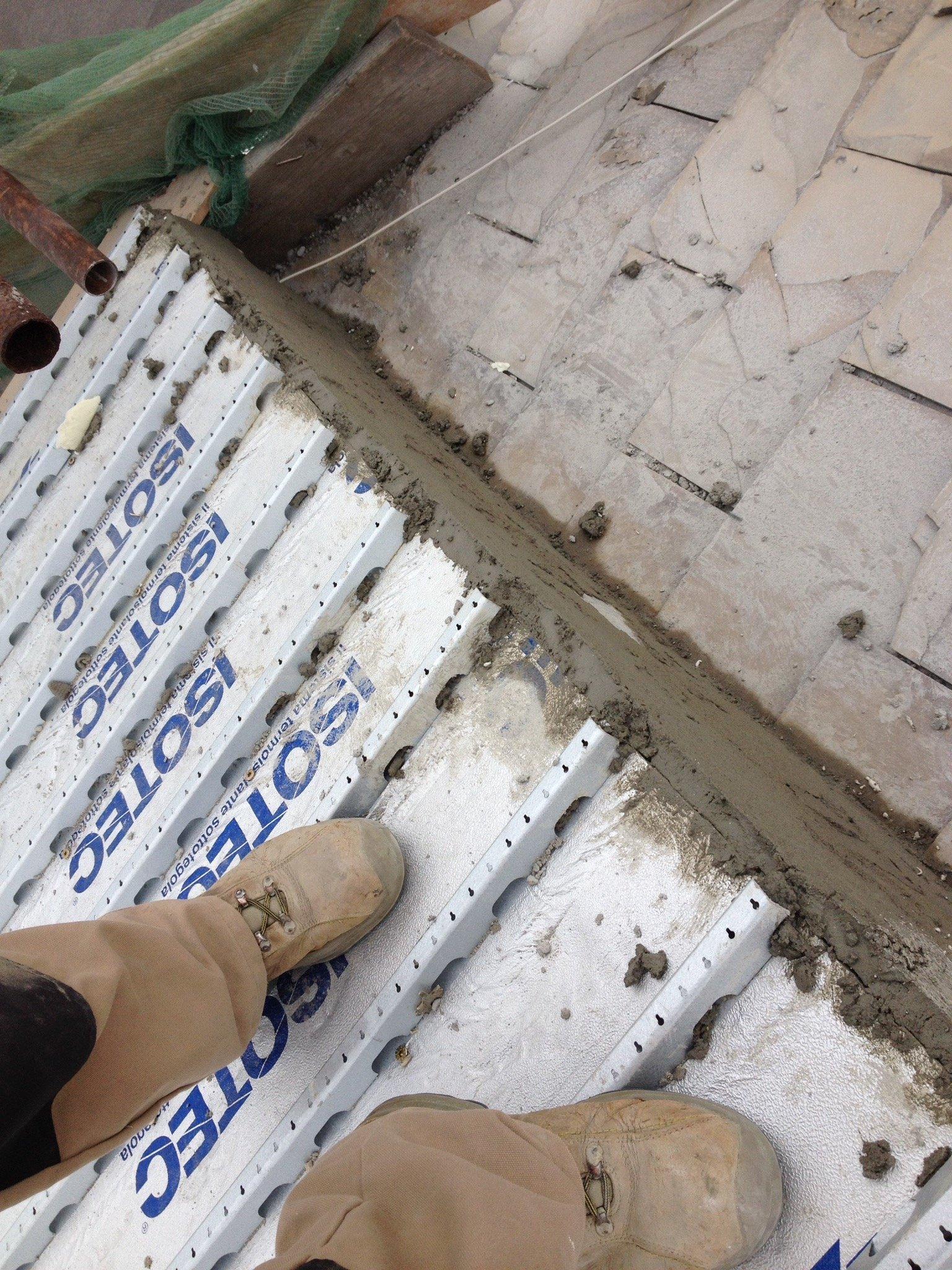 Individuo con stivali anti-infortunistica in piedi su una copertura