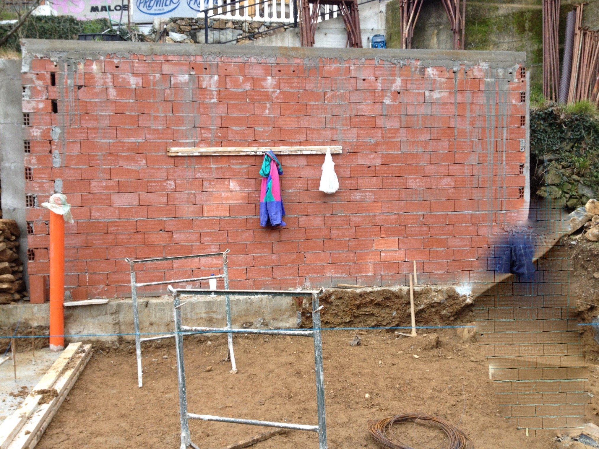 Fondamenta di fronte a una parete in mattoni rossi