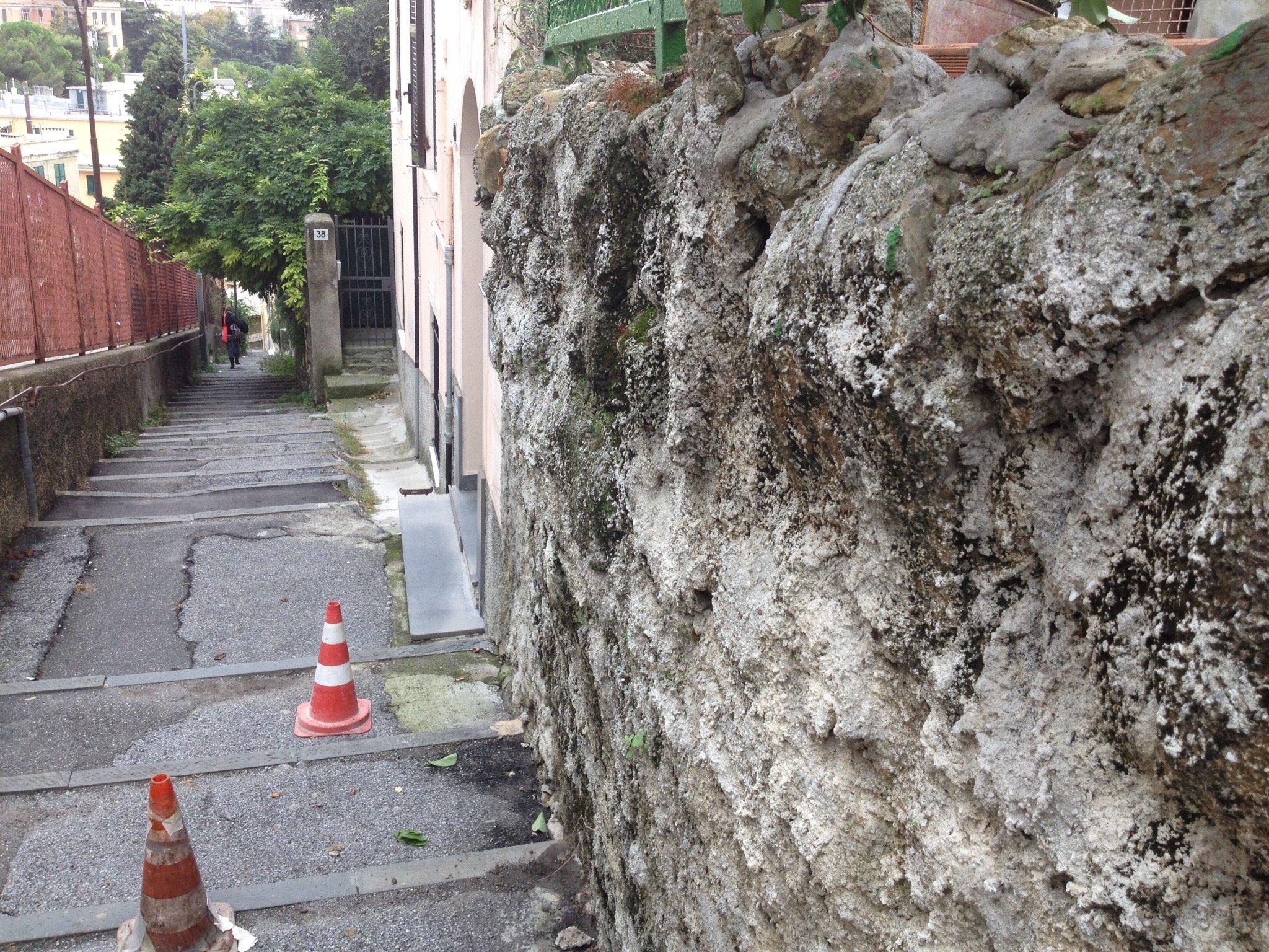 Una vecchia parete esterna rovinata dagli agenti atmosferici
