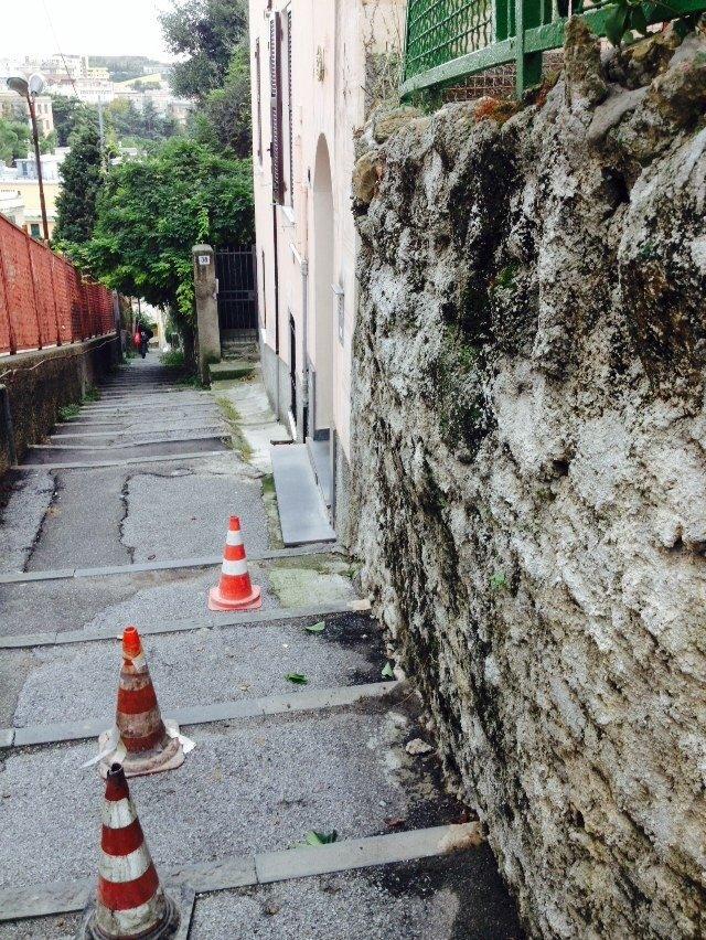 Una parete esterna in cattive condizioni