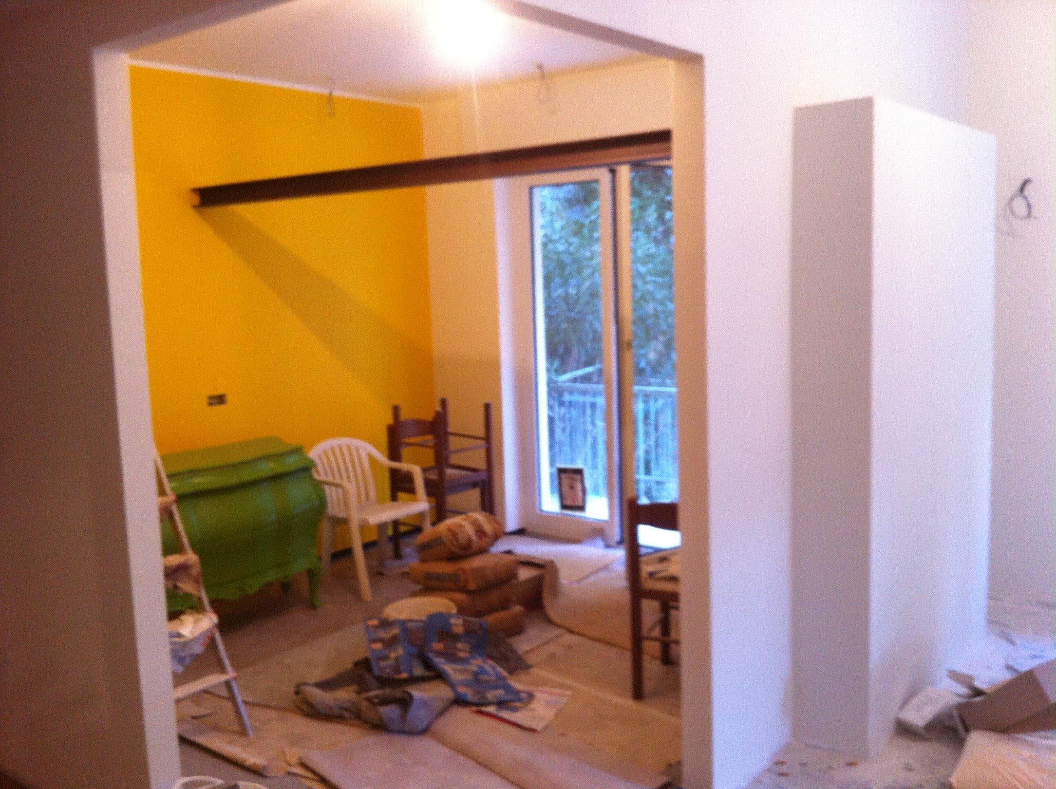 Stanza con pareti gialle e bianche