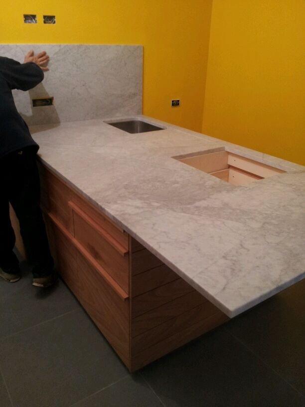 Penisola di una cucina in legno e marmo