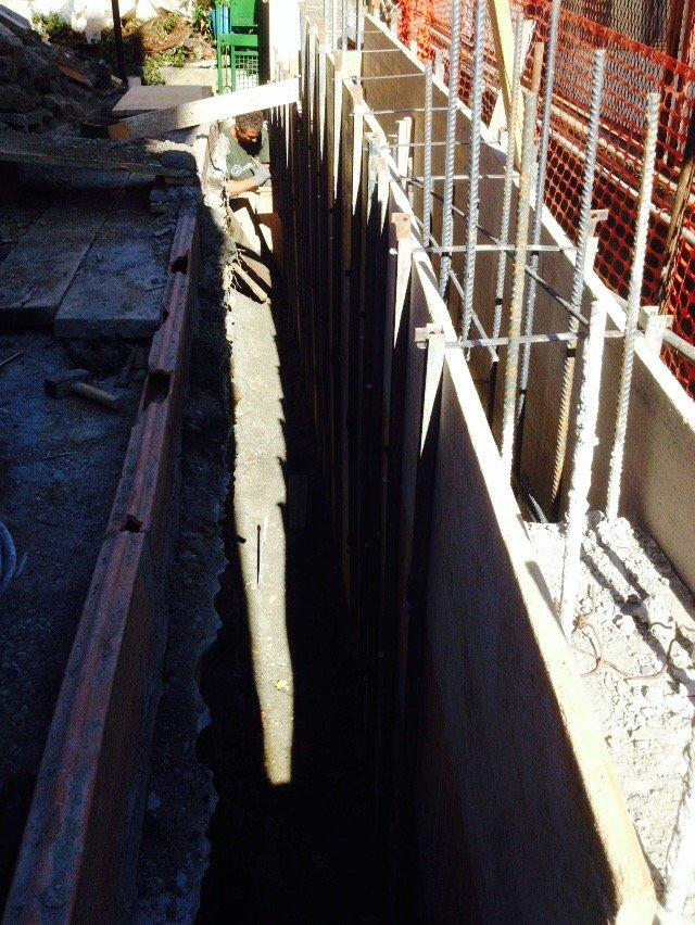 Operaio al lavoro sulla struttura in metallo di un muro esterno