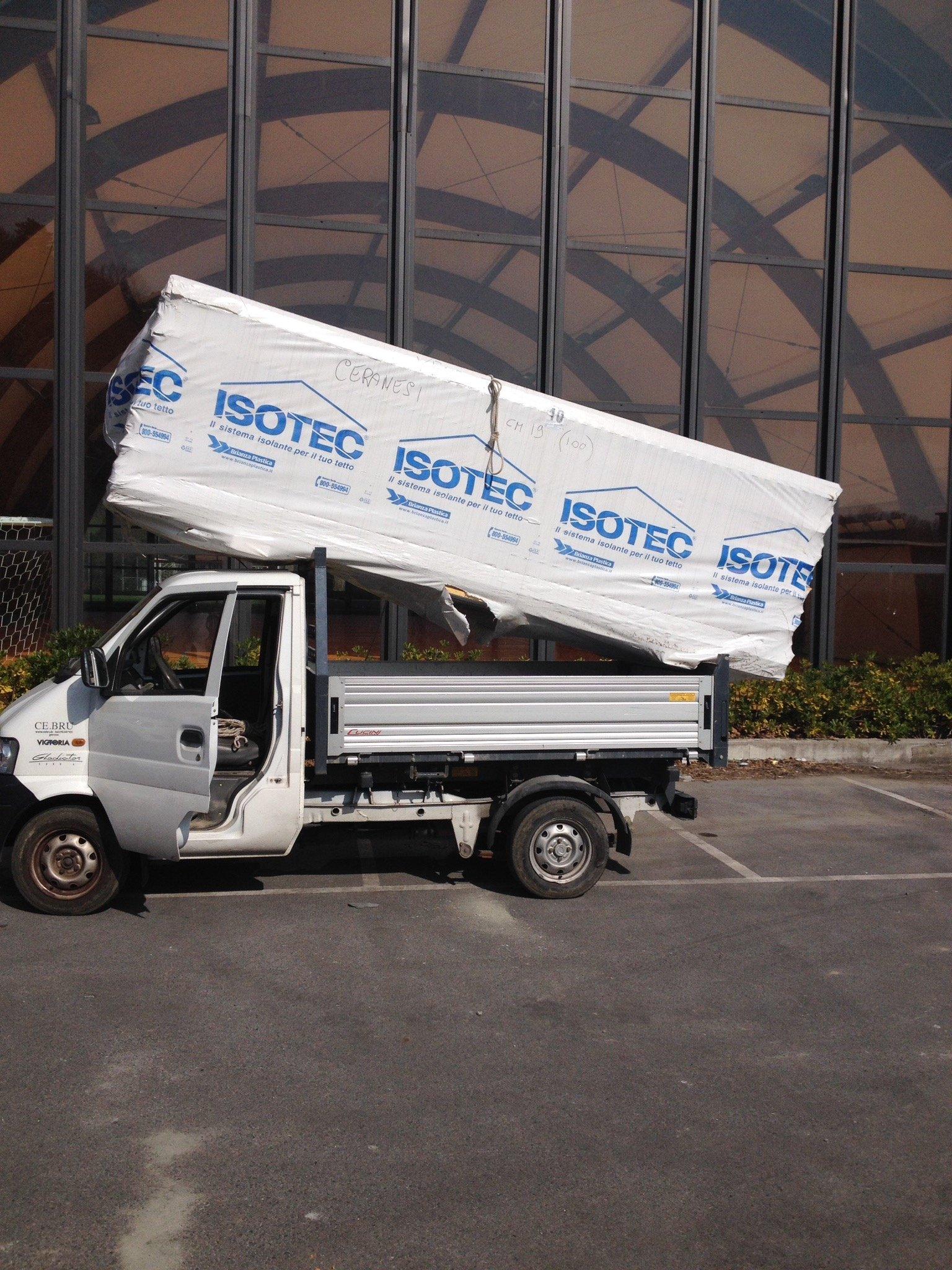 Materiali isolanti imballati trasportati nel cassone di un furgoncino