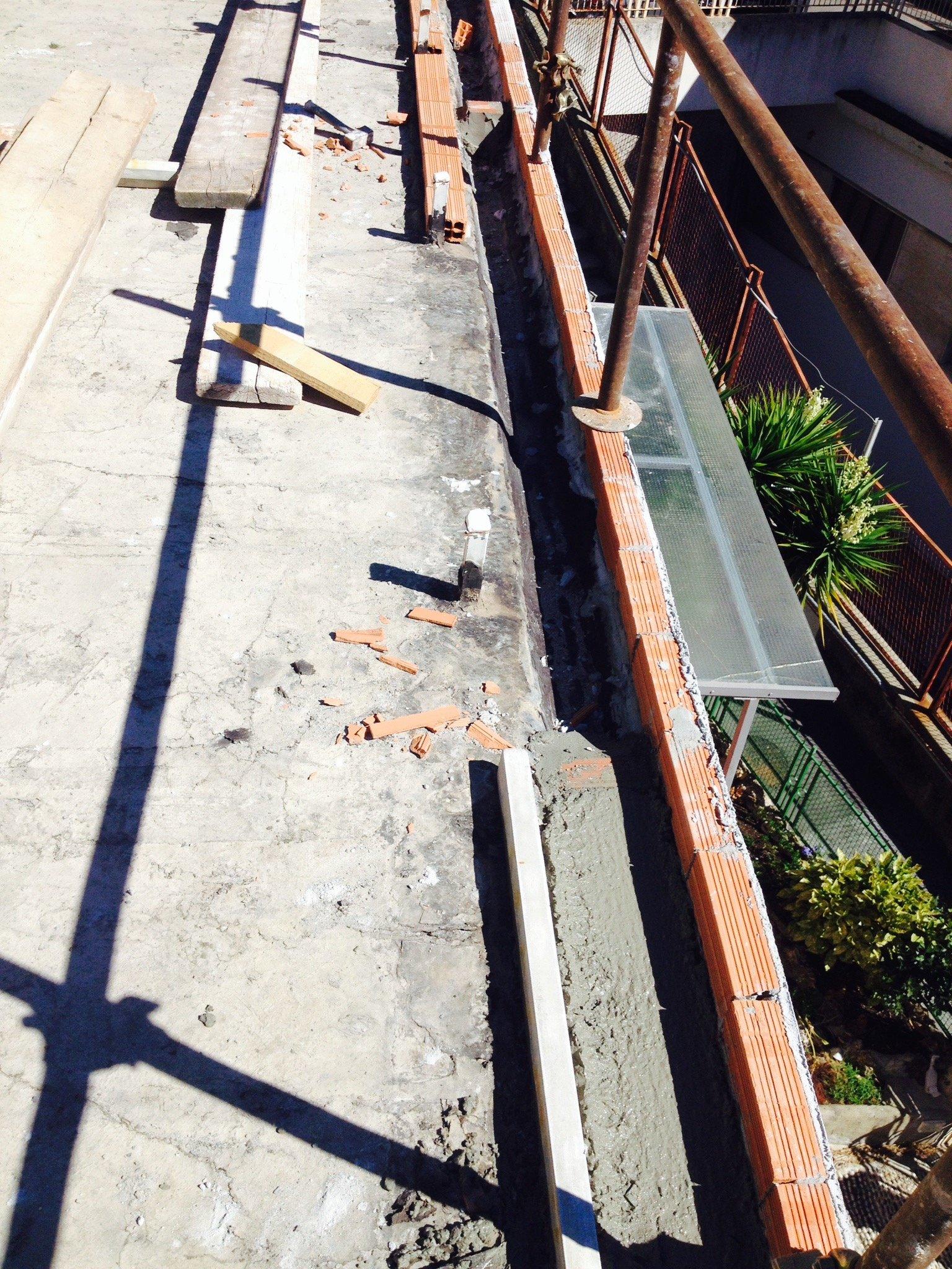 Lavorazione sulla grondaia di un tetto