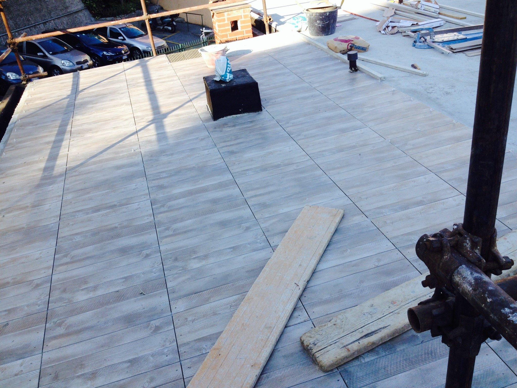 Vista laterale di un tetto coperto da lastre impermeabilizzanti