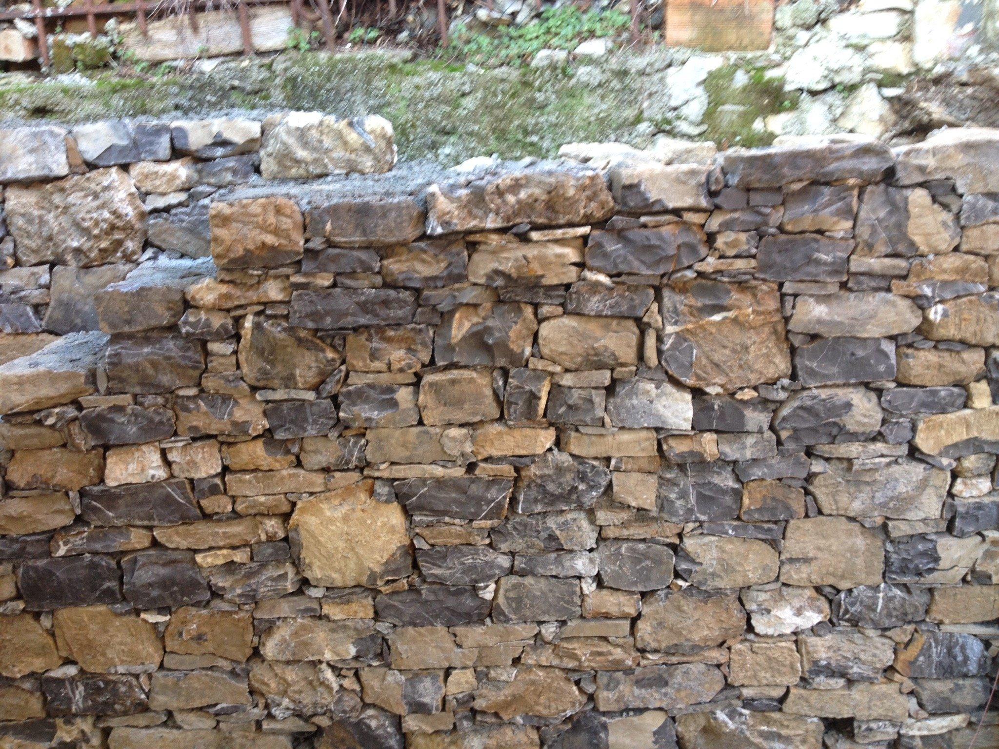 Un muretto esterno in pietra