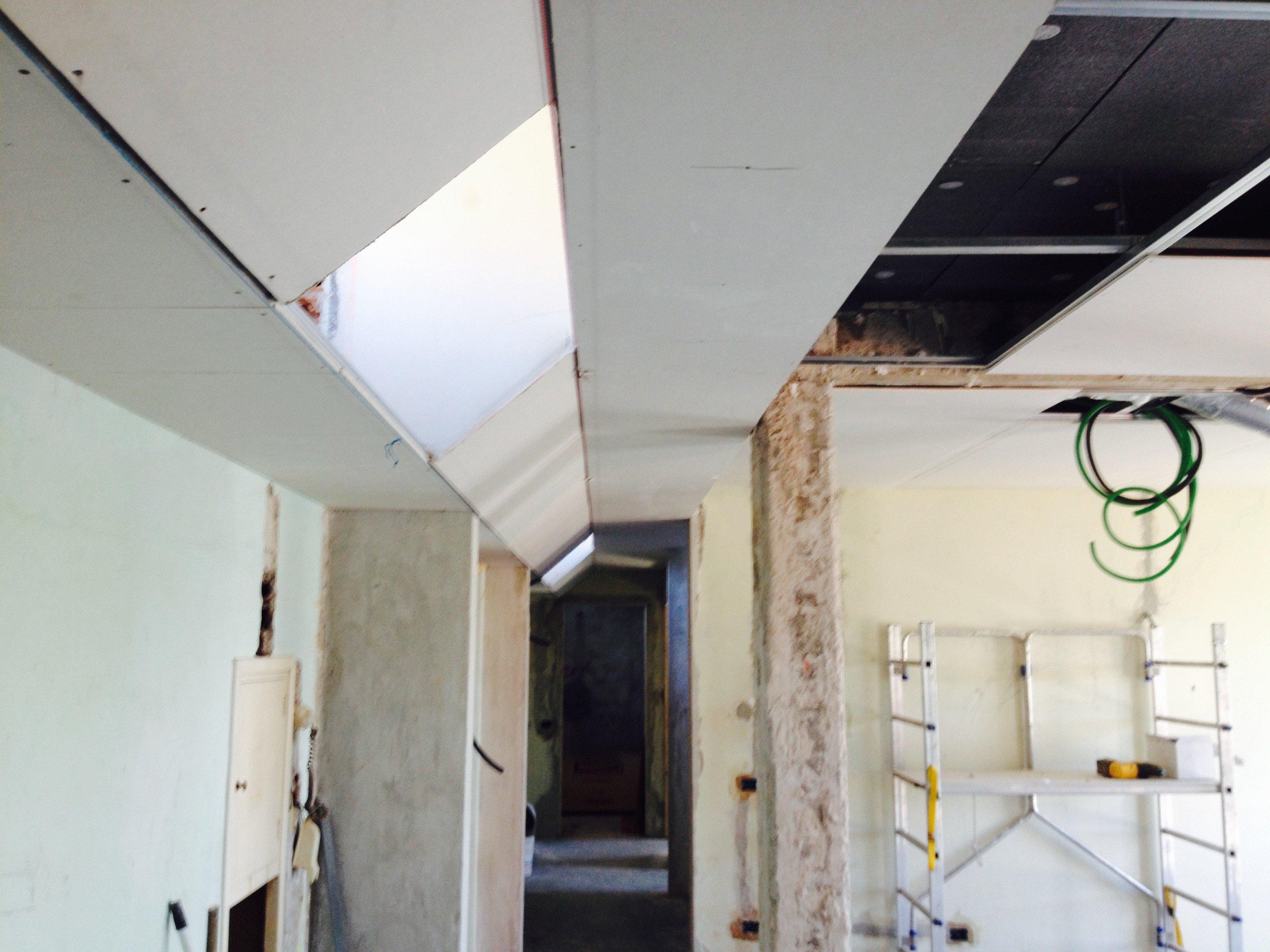 Pannelli di cartongesso installati su un controsoffitto angolare