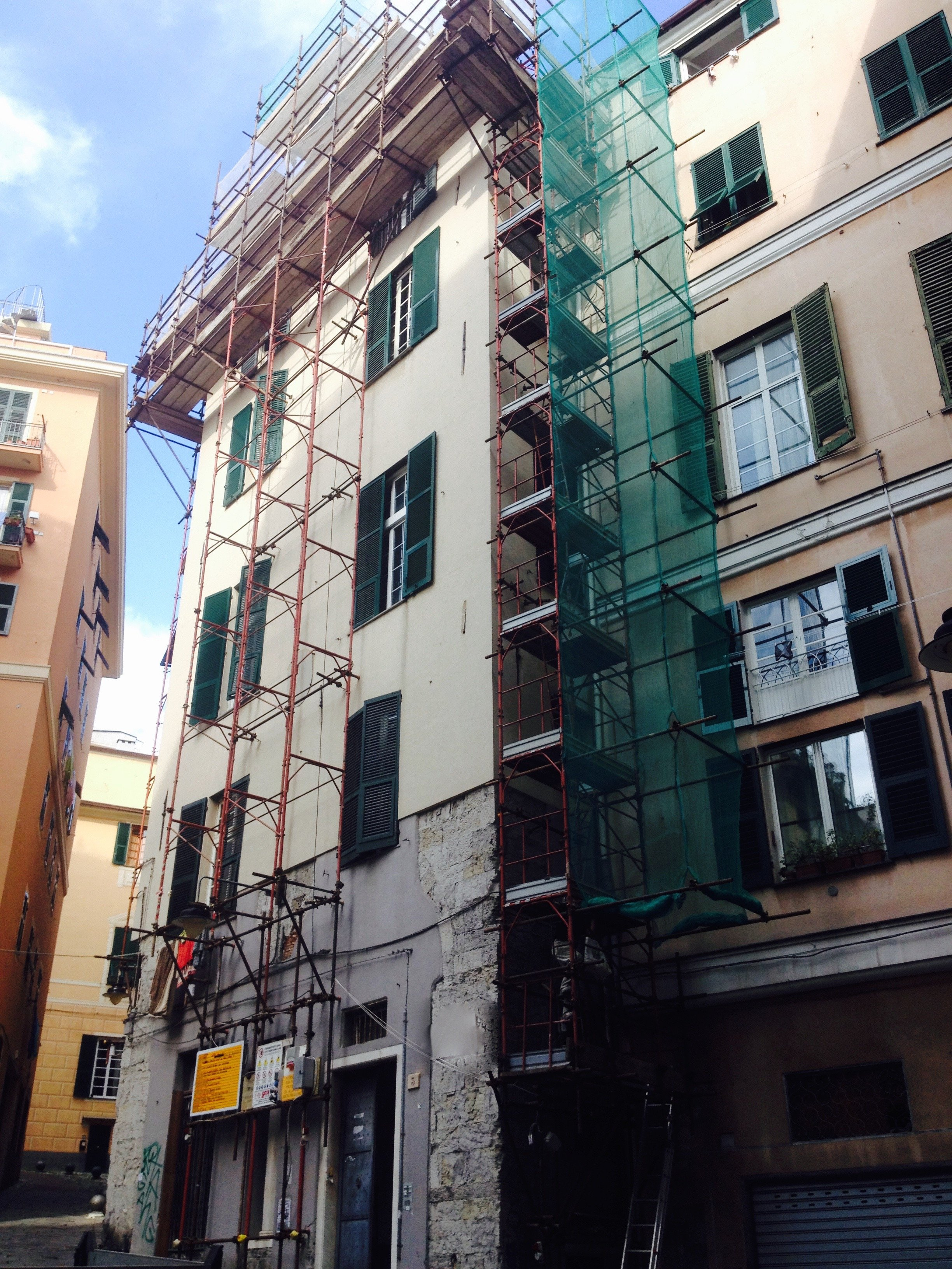 Impalcature installate sulla facciata di un edificio in cattive condizioni