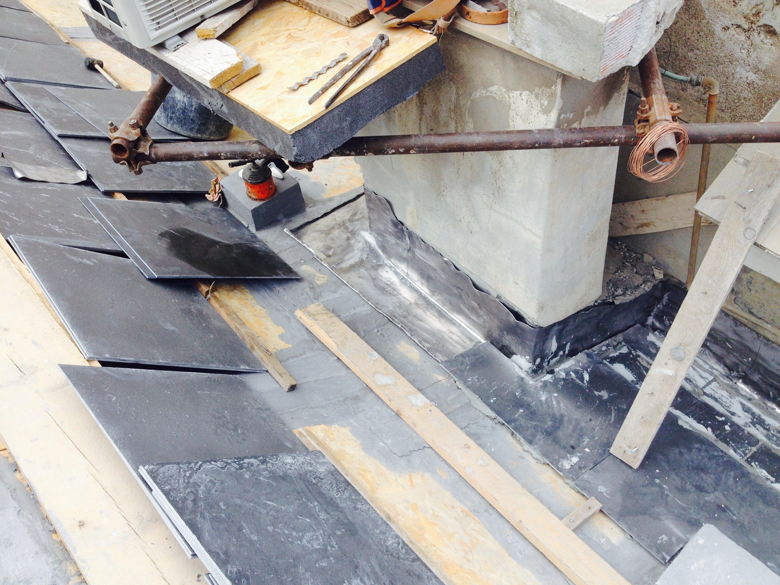 Pannelli isolanti poggiati su un tetto in fase di realizzazione