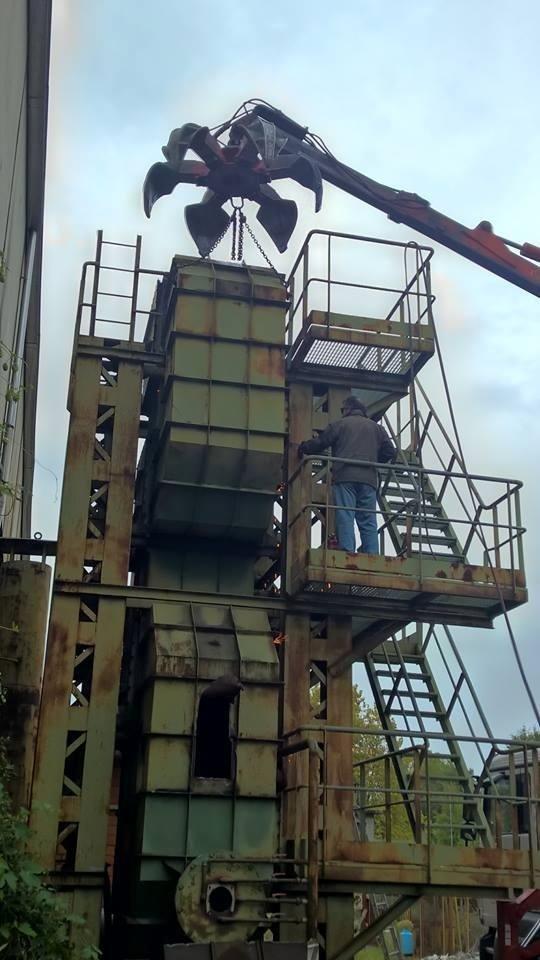 operazione di smantellamento di un impianto industriale