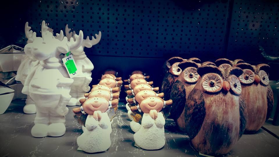 delle statuette raffiguranti delle renne, delle bambine e delle civette