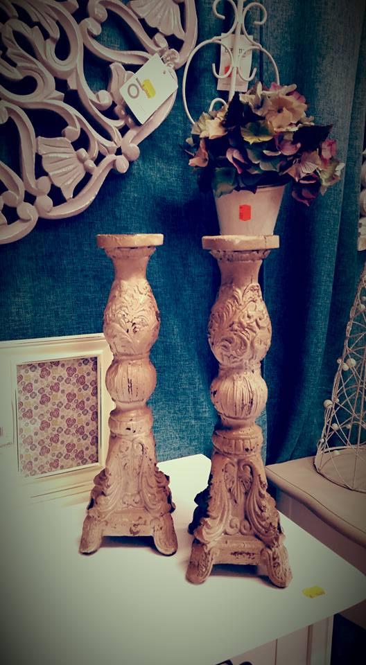 due colonnine in marmo e sopra un vaso di fiori