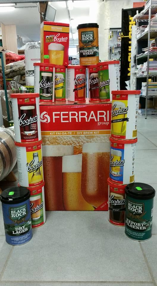 dei barattoli e una grossa scatola di cartone con scritto Ferrari e un bicchiere di birra disegnato