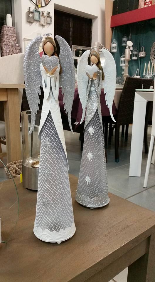 due statuette di plastica raffiguranti degli angeli donna con le ali bianche e argentate con dei brillantini