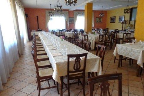 Dei tavoli apparecchiati in un ristorante