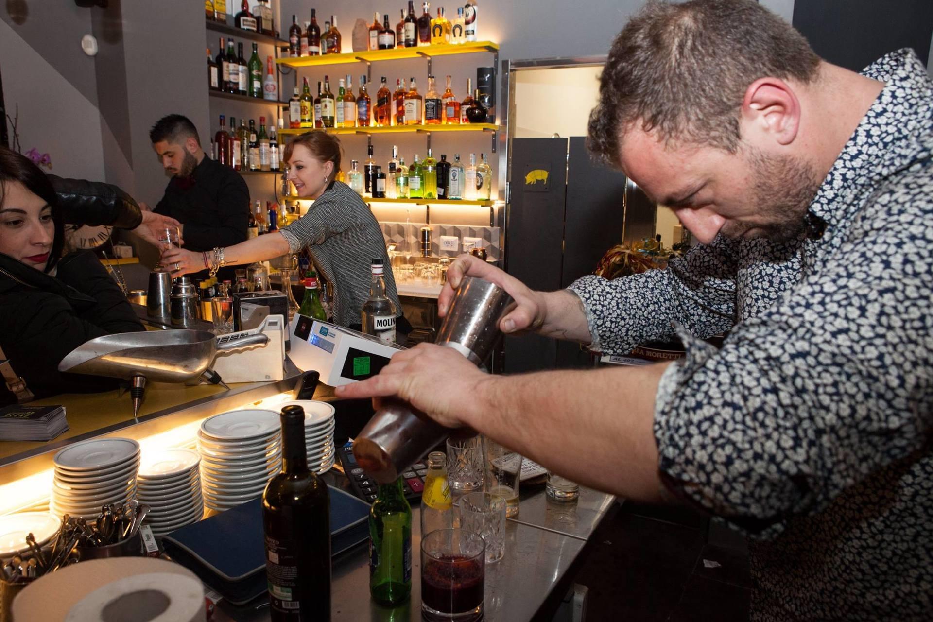 cliente in un bar durante prepara vino