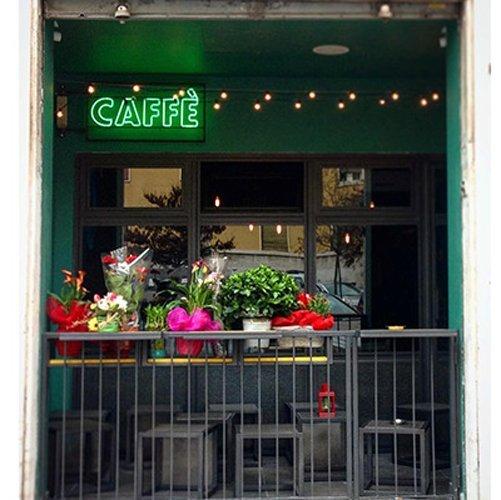 vista esterna di un bar con addobbi floreali