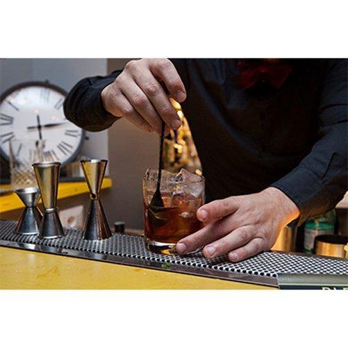 barista mentre prepara vino su bar bancone