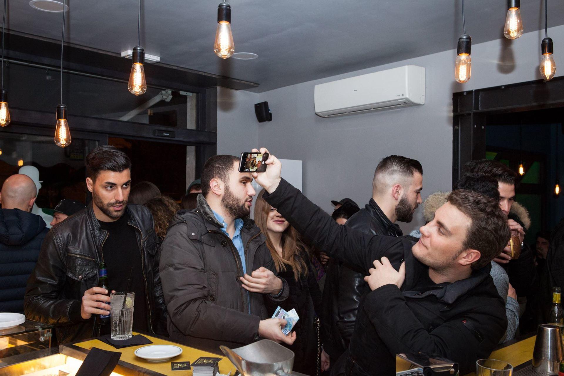 un uomo mentre clicca un selfie
