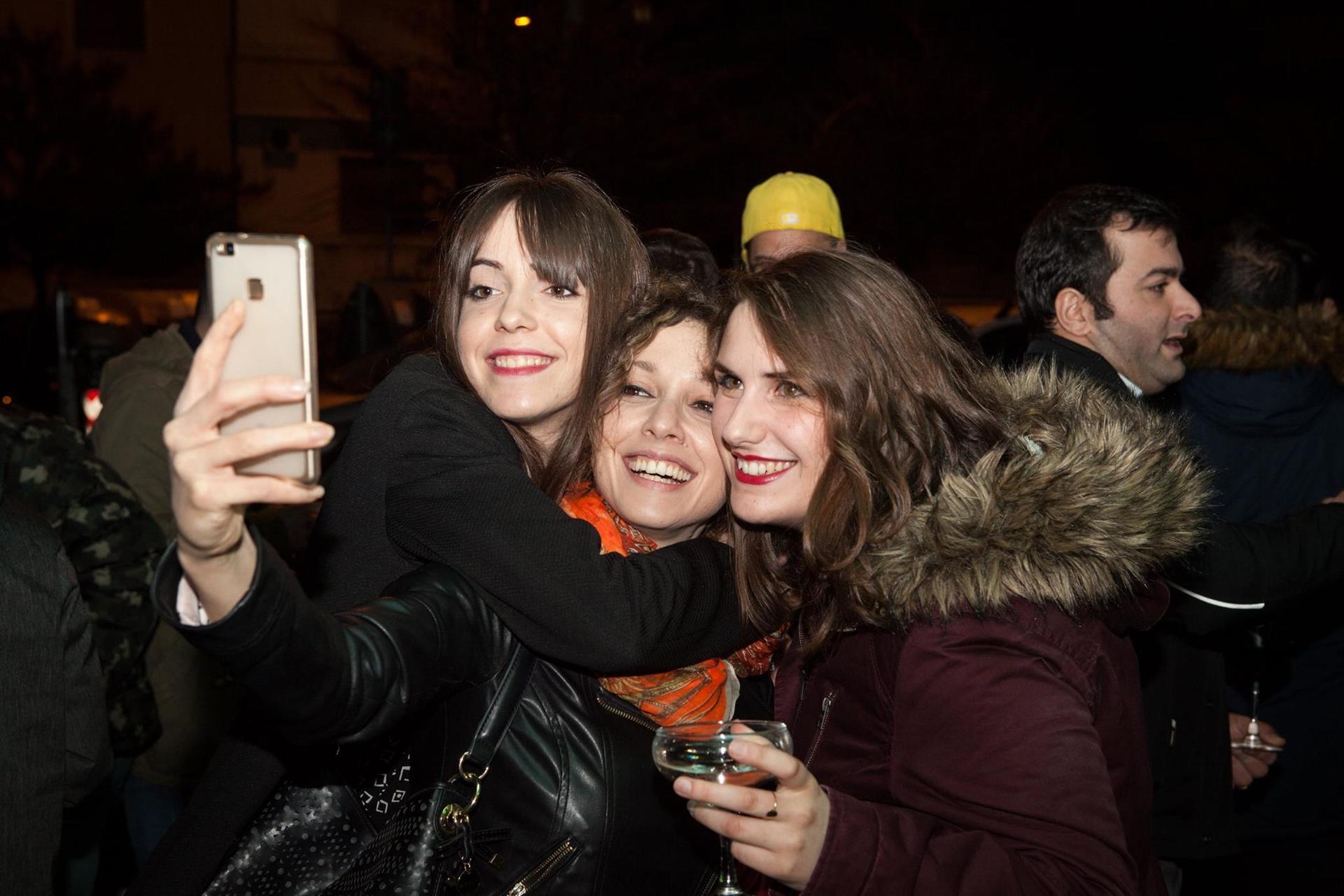 ragazze mentre effettuano un selfie