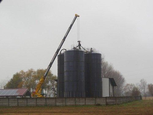 una gru e dei silos