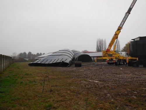 dei silos a terra e una gru