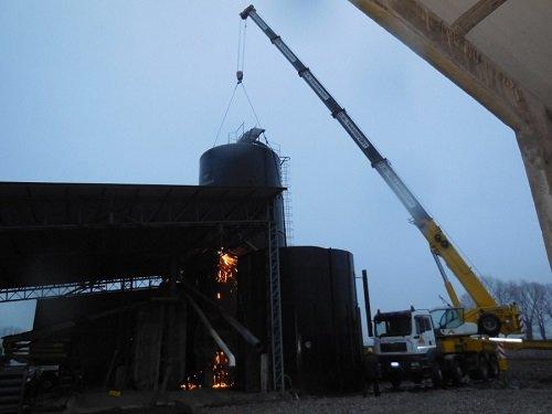 una gru che sta per sollevare un silos