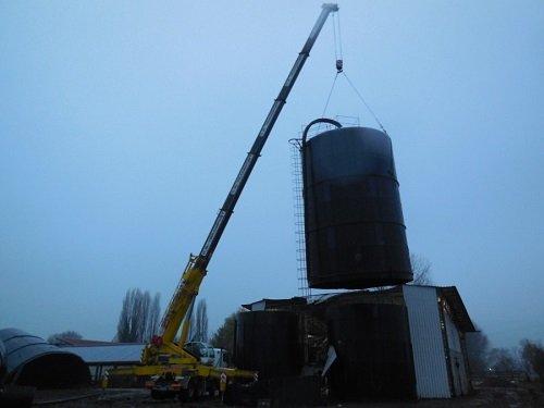 una gru che solleva un silos