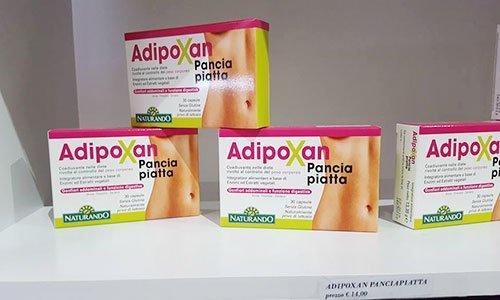 delle confezioni bianche e rosa con scritto AdipoXan Pancia Piatta