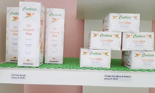delle confezioni bianche di cartone con scritto Gel Levigante Viso