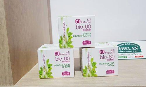 delle confezioni di cartone bianche e rosa con delle foglie verdi disegnate e la scritta bio-60 Redensifying cream