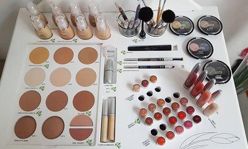 Cosmetici e vari trucchi esposti  su uno sfondo bianco