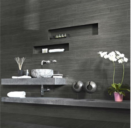 due mensole di color grigio e un lavabo in un bagno