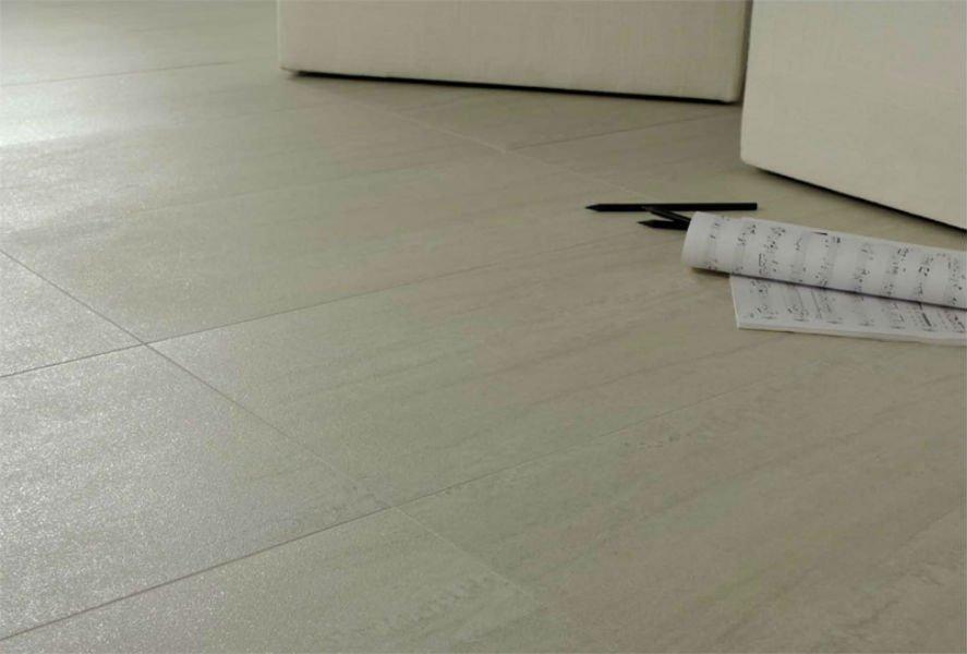 un pavimento di piastrelle color beige