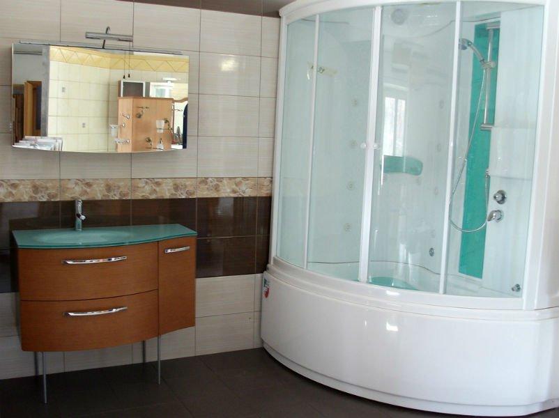 un mobile in legno con un lavabo e un box doccia moderno
