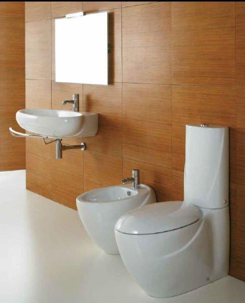 un bagno con WC, bidet e lavabo