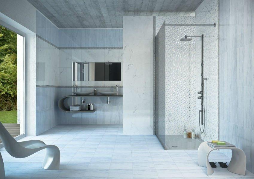 un ampio bagno moderno con piastrelle azzurre