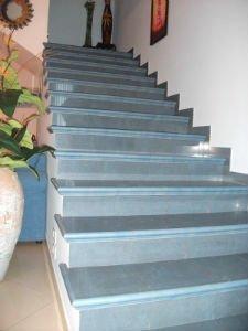 dei gradini in marmo di color azzurro