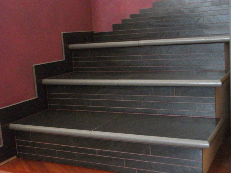 dei gradini in marmo neri e grigi