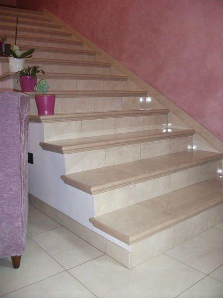 dei gradini in marmo beige