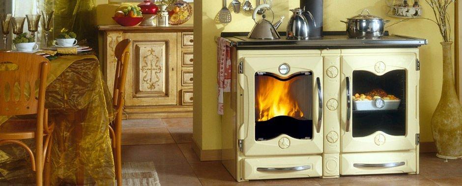 una stufa accesa e accanto un forno